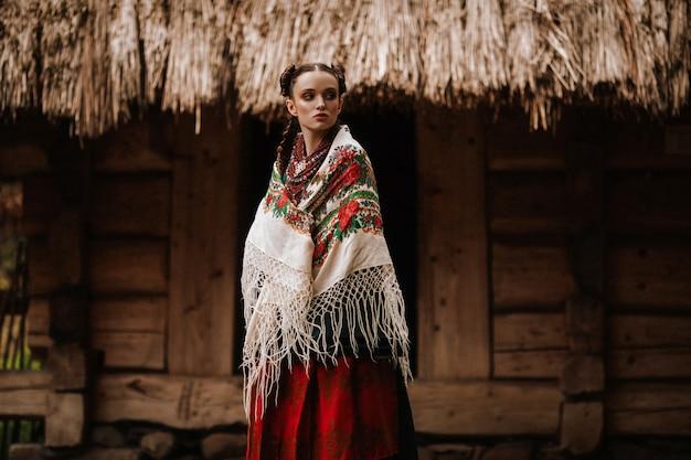 Молодая девушка позирует в украинском платье