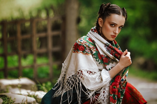 カラフルな伝統的なドレスの若いウクライナの女の子