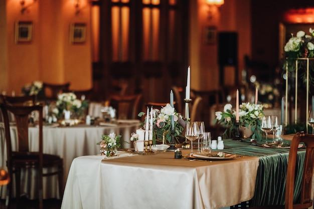 ビンテージスタイルの結婚式のテーブルを提供