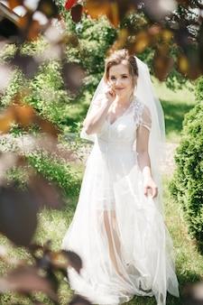 日光の下で豪華な花嫁のドレス