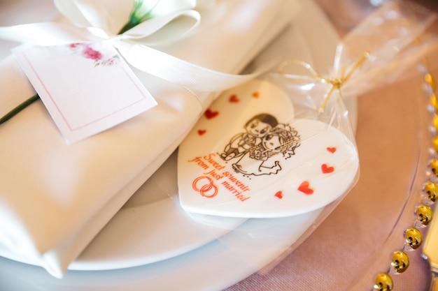 お祝いテーブルの上の美しい結婚式の装飾