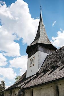 スイスの昔の教会の上部を見る