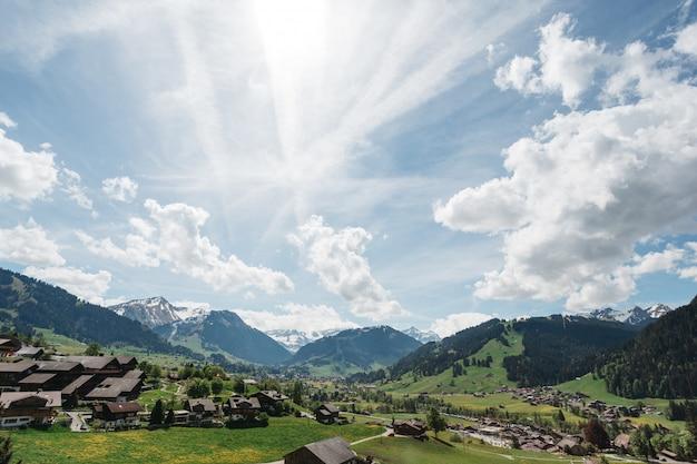 太陽の光の中でスイスの美しいフィールド
