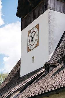 スイスの建物の美しい時計
