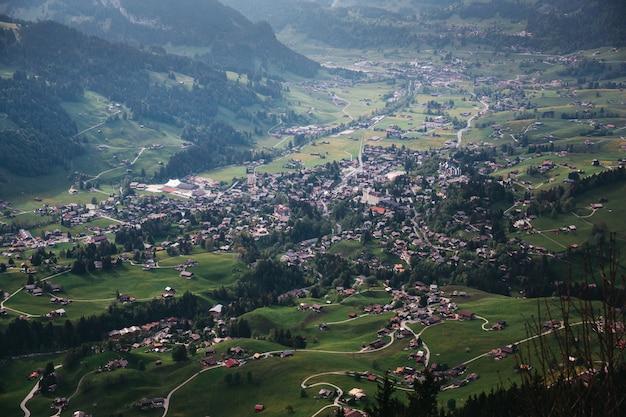スイスの山の中で美しい村