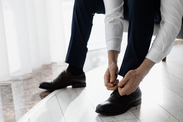 新郎は彼の靴のひもを結ぶ