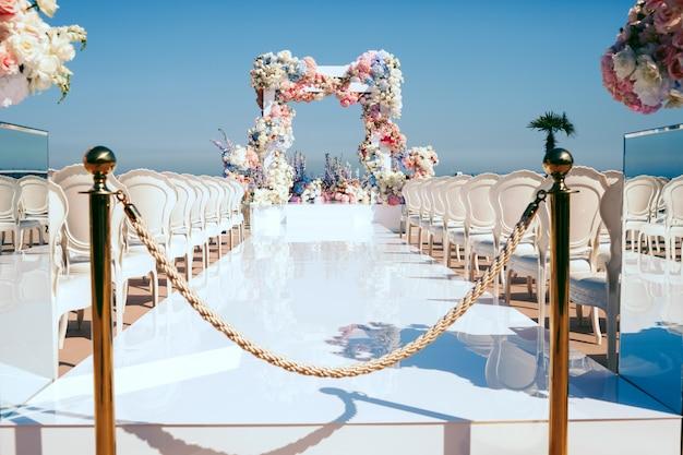 Удивительная украшенная свадебная церемония