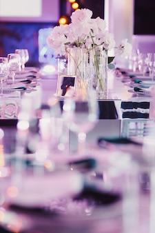 紫の色合いで装飾された結婚式のテーブル