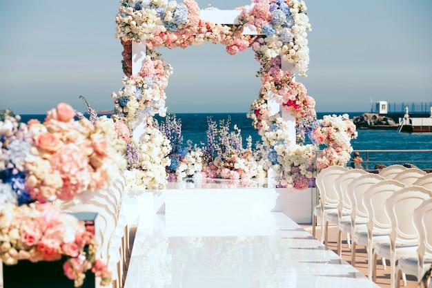 正面の結婚式のアーチを見る