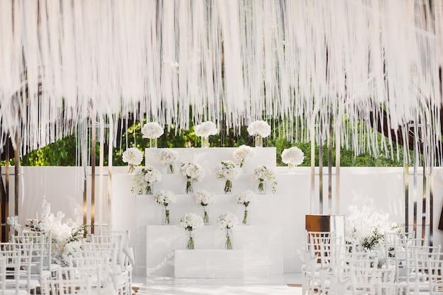 Свадебная церемония в белом стиле