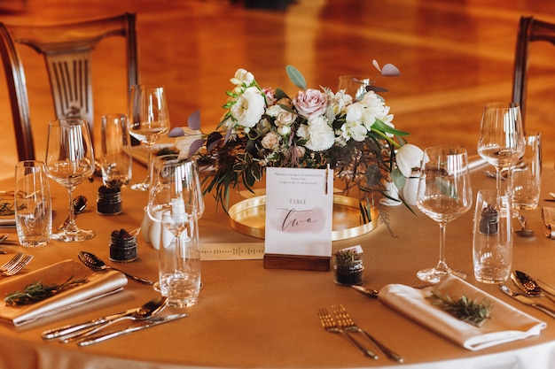 新婚夫婦の結婚式のテーブル