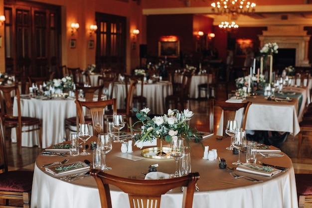 レストランで完璧な料理と格好良いテーブル