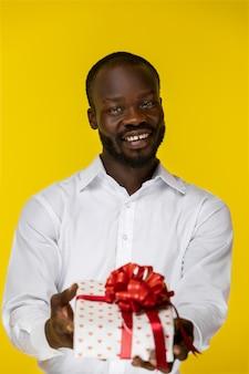 Портрет милый африканский человек, давая подарок
