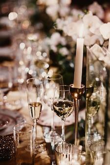 シャンパンのグラスがお祝いテーブルの上に立つ