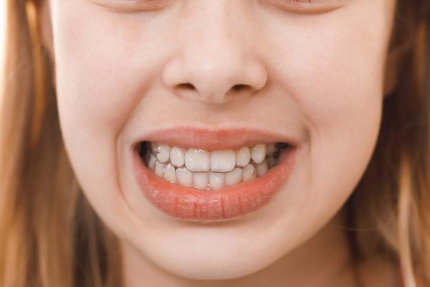 若い女の子の美しい笑顔