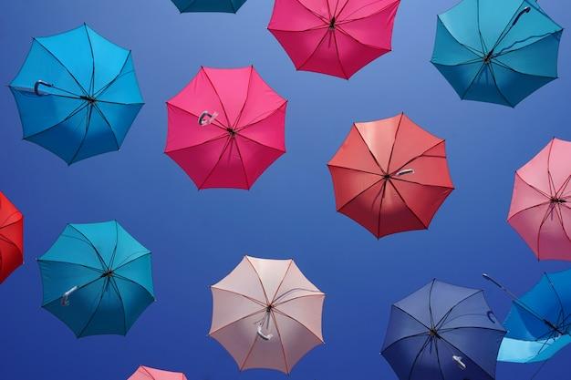 Разноцветные зонтики с голубым небом