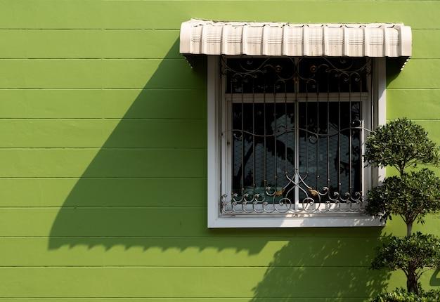 白い窓と緑の壁