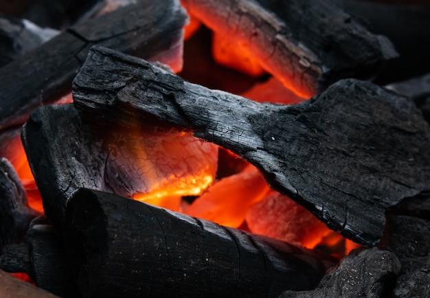 炭が燃えている