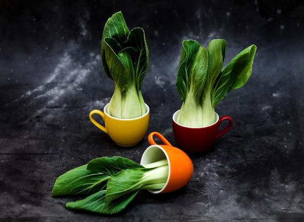 鮮やかな色のカップのチンゲン菜