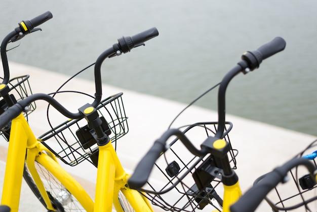 黄色い自転車を駐車する