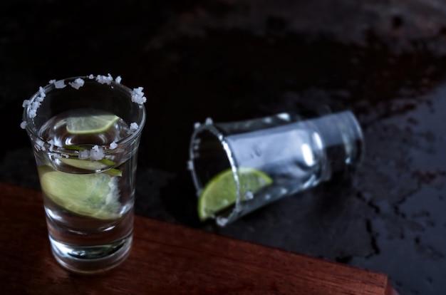 テキーラショットグラスと塩とライム
