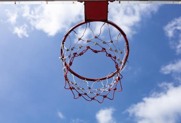 バスケットボールフープの低角度のビュー