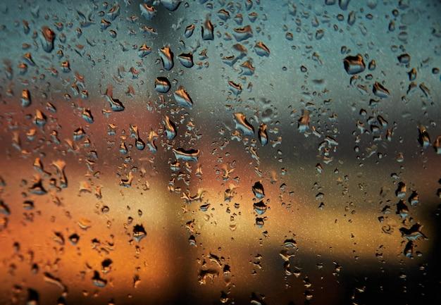 ガラスに雨の滴