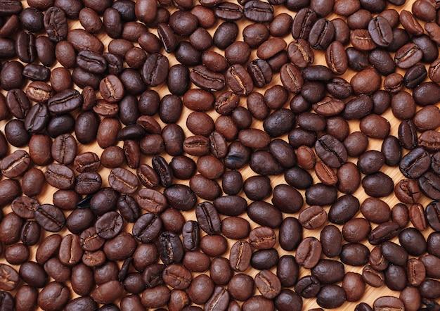 暗いローストコーヒー豆の完全な背景