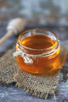 蜂蜜の瓶と蜂蜜のひしゃく。