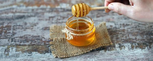 蜂蜜は蜂蜜ディッパーから流れます。