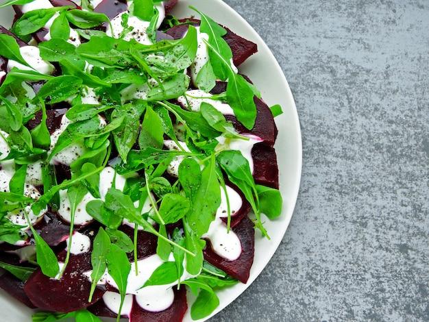 ギリシャヨーグルトのルッコラとビートドレッシングのサラダ