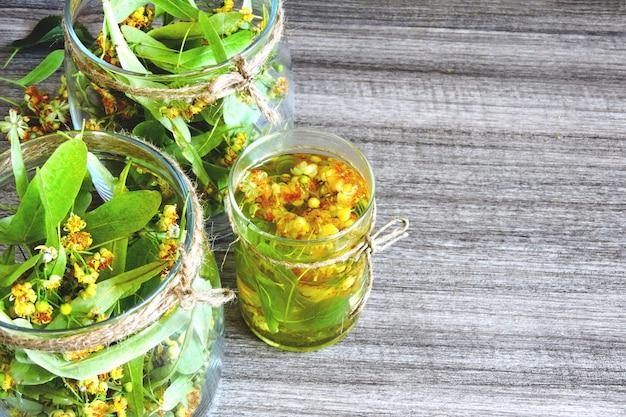 ガラスの瓶にリンデンの花。シナノキ茶の収穫。リンデンティー。癒しのハーブティー。