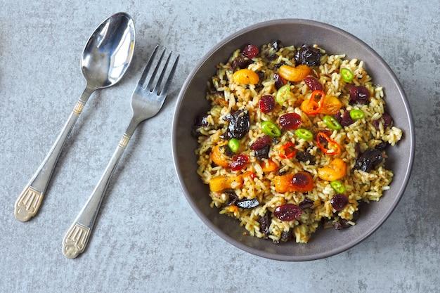 Пряный рис с сухофруктами. веганская миска с острым рисом. здоровый обед
