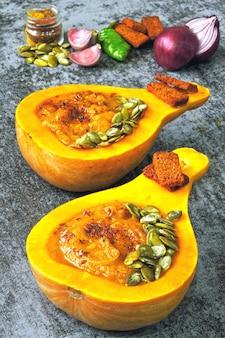 Тыквенный суп-пюре из тыквы. осенний вегетарианский суп из тыквы. тыквенная миска.