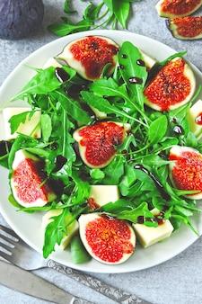 Салат из инжира с рукколой и белым сыром. полезный салат с инжиром и сыром. кето, идея обеда. кето диета. веганский салат из инжира тофу руккола.