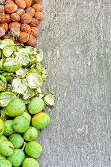 木からくるみ。緑の皮のクルミ。緑の皮から皮をむく。クルミの収穫。