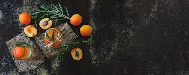Здоровый детокс пьют абрикос с розмарином.
