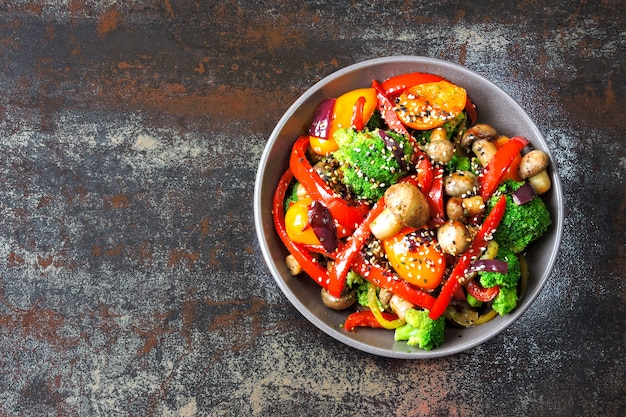 温かい野菜とマッシュルームのサラダが付いたビーガンボウル。ケトランチアイデア。ブロッコリー、パプリカ、キノコ。肉のない健康的な生鮮食品。