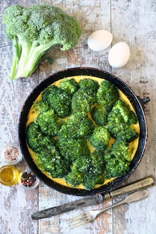 Брокколи омлет. свежие домашние фриттата с брокколи. кето диета.