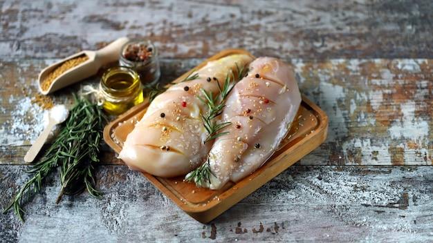 セレクティブフォーカス。スパイスと生の鶏の胸肉。ケトダイエットのアイデア。