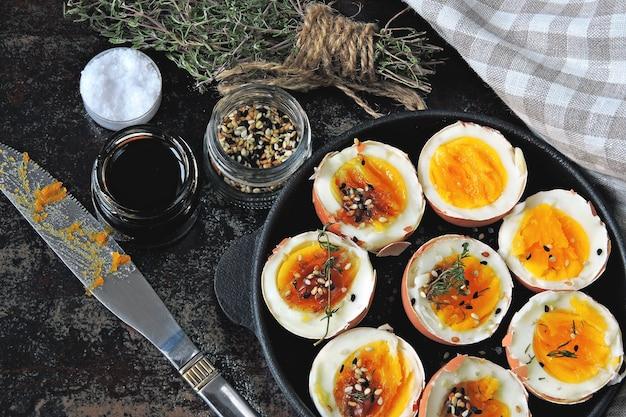 Яйца всмятку в скорлупе в небольшой неглубокой сковороде.