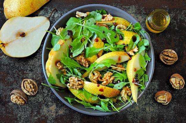 Чаша здоровой пищи. салат с рукколой, грушей и грецким орехом. веганская миска красочного салата. красочная, здоровая пища.