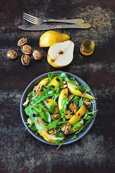 Здоровый красочный салат с рукколой грушей
