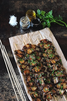 Шашлык с грибами. гриль гриль бальзамический. вегетарианские шампуры с петрушкой и чесноком.