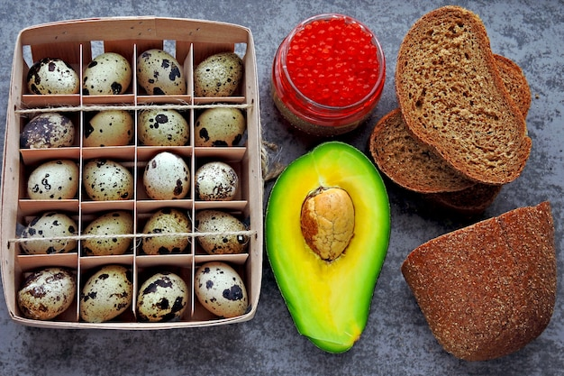 ケトダイエットのための健康製品のセット。エコ製品。ウズラの卵、アボカド、ふすまパン、キャビア。