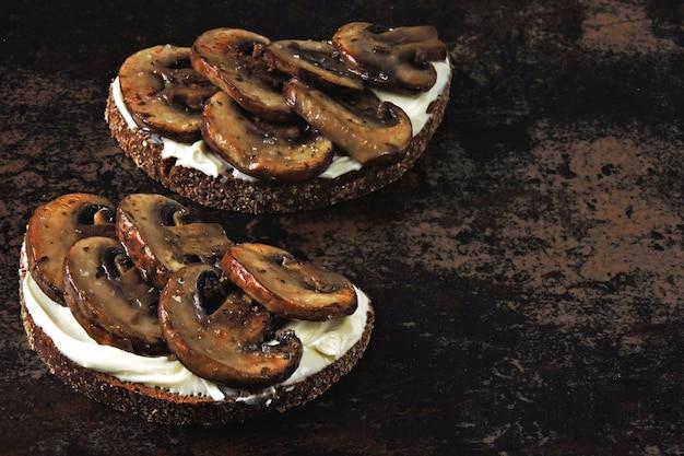 Тосты с грибами и сливочным сыром. кето закуска.