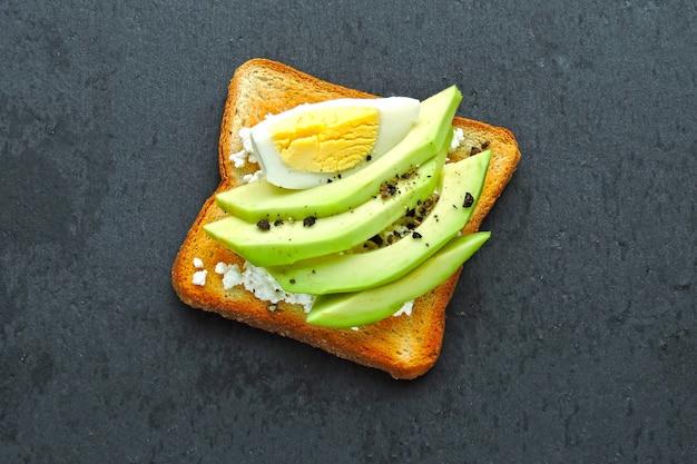 Авокадо тост с творогом и яйцом.