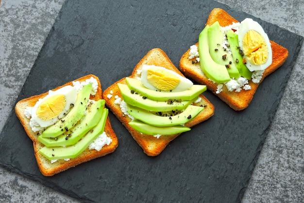 Творожный тост с авокадо и яйцом. кето диета. кето перекус или завтрак.