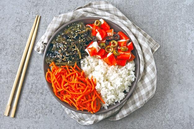 カニ肉ポークボウル。カラフルな健康食品の様式化されたフラットレイアウト。