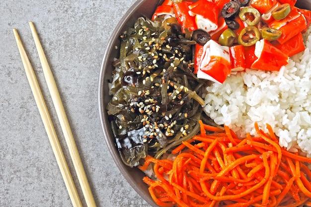 Крабовое мясо тыкать миску. красочные здоровой пищи стилизованные плоской планировки.
